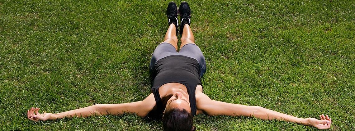 Ženska leži na travi