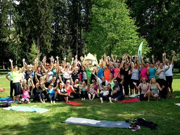 Brezplačna vadba v parku skupinska fotka