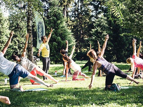 Brezplačna vadba v parku raztegnjene roke