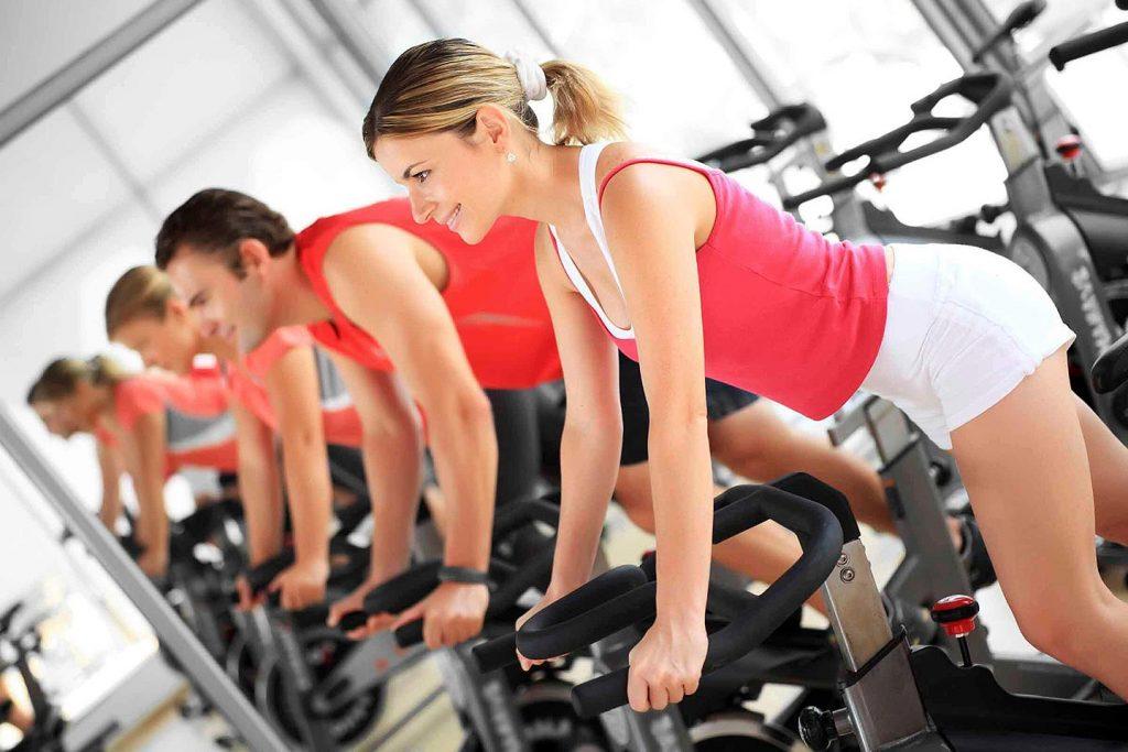 Kardio vadba na kolesu v fitnesu